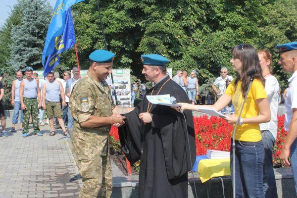 Вот капеллан вручает награду десантнику