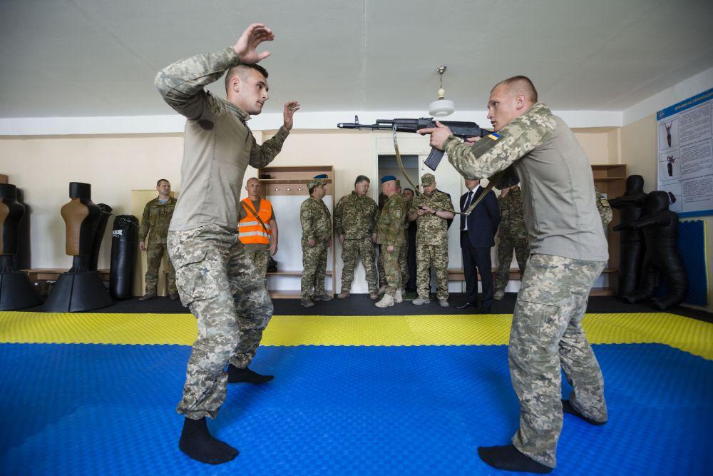 В Житомире для президента устроили также проверку десантных навыков при стычках с врагом
