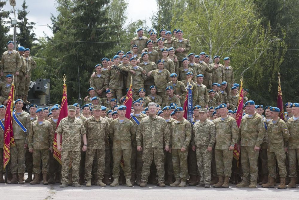 Групповое фото президента с житомирскими десантниками