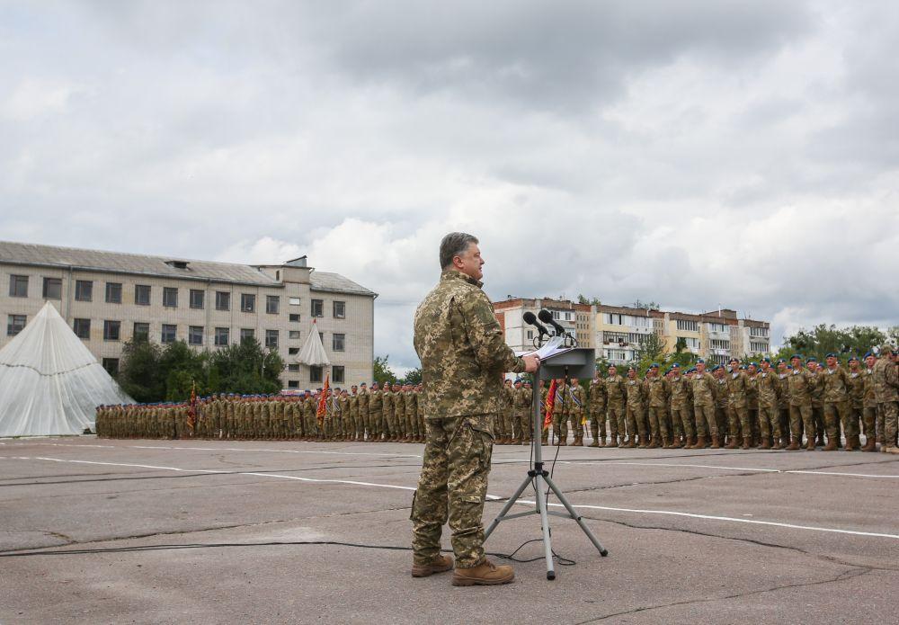 Конечно же поздравить с праздником десантные войска приехал и Петр Порошенко