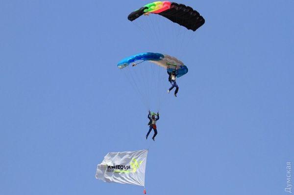 Над одесским ипподромом можно было увидеть парашютистов