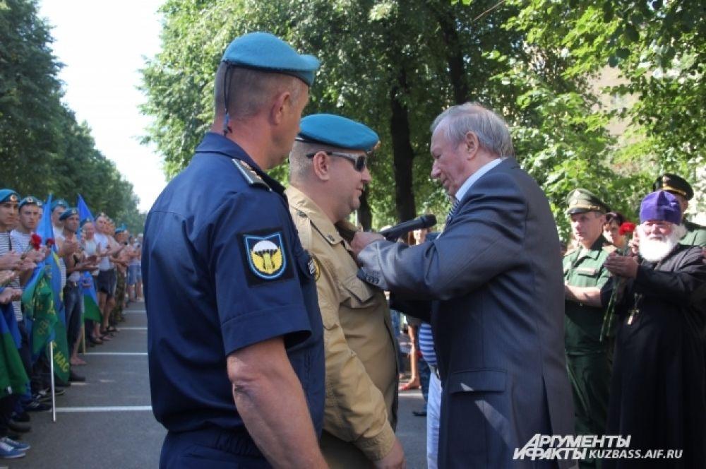 Ветеранам военной службы были вручены медали за службу в ВДВ. Десантник, потерявший зрение, тоже пришёл на митинг в сопровождении товарищей.