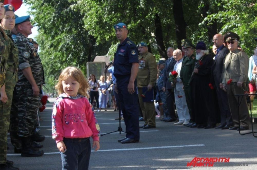 Торжественность официальной части периодически нарушали ребятишки, для которых мероприятие было просто возможностью прогуляться по городу с отцами.