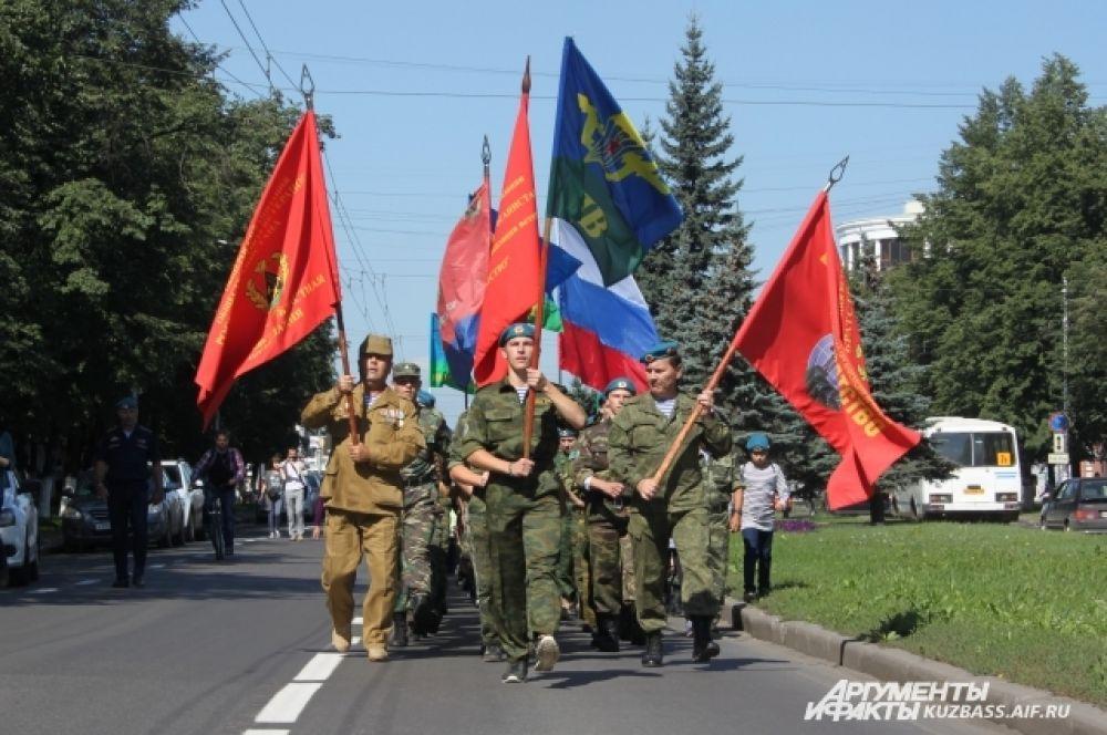 Когда утром на пр. Советском и ближайших улицах перекрыли движение, печатный шаг десантников был слышен по всей округе.