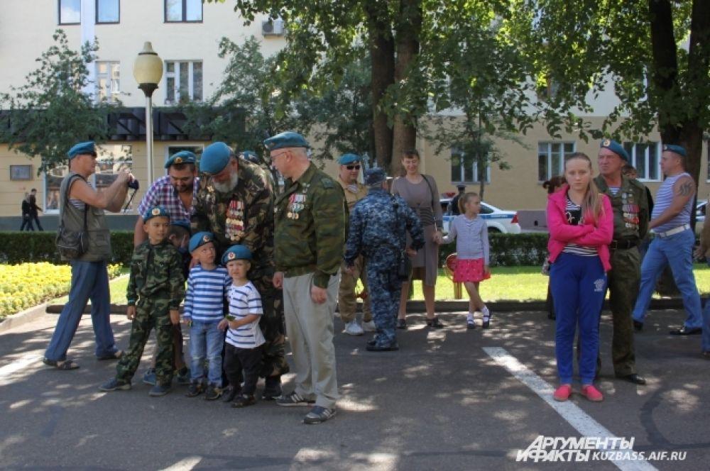 Отцы привели сыновей, деды – внуков. Для многих десантников День ВДВ – это возможность не только пообщаться с боевыми товарищами, но и похвастаться родным подрастающим поколением.