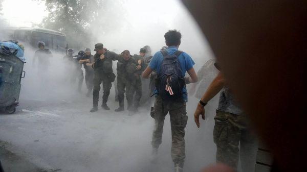 Со стороны митингующих бросались дымовые шашки