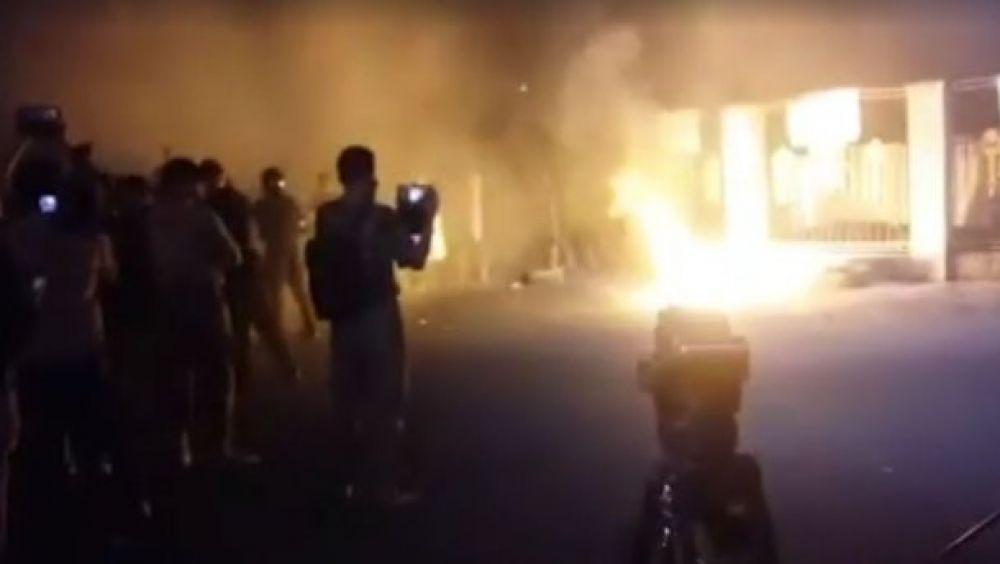 Люди снимали видео ночных стычек и вот кадр из одного из них