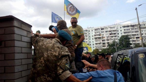 Началось с того, что бойцы добровольческих батальйонов начали перелазить через забор