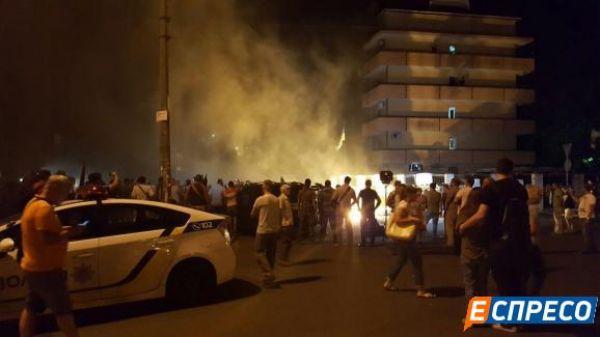 Вечером в сторону здания Оболонского райсуда начали кидать петарды и пиротехнические изделия