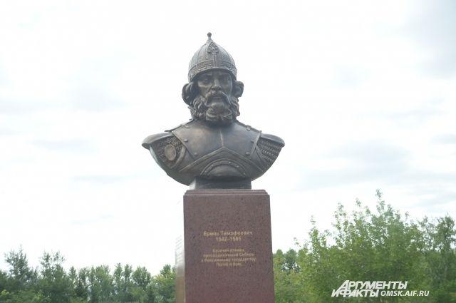 Бюсты стали подарком Омску в честь трёхвекового юбилея.