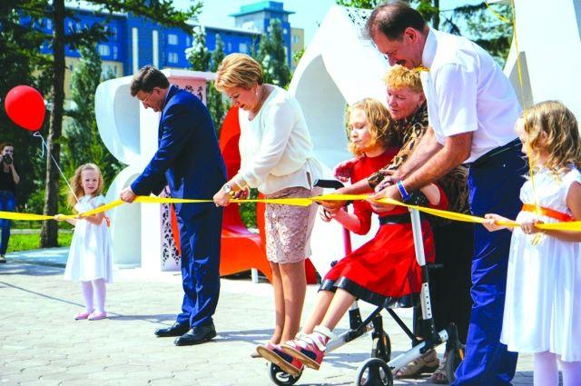 В ротари-парке могут играть и здоровые дети, и дети с ограниченными возможностями.