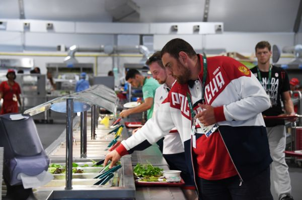 Спортсмены в столовой в Олимпийской деревне в Рио-де-Жанейро.