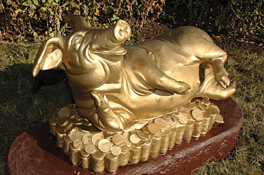 Своё творение скульпторы Александр Ельников и Иван Воскобойников ваяли с натуры - прообразом послужила свинья Мамка - первый представитель новой породы, выведенной специалистами комбината в результате четырёхпородного скрещивания. За время работы Мамка успела поправиться на 100 кг и принести 15 поросят. Это вдохновило скульпторов на новую идею - и вокруг «золотой» хрюшки появились «золотые» монеты. Считается, вся сила свиньи - в пятаке: его надо потереть, чтобы в кошельке водились «пятаки».
