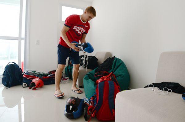 Российский боксер Виталий Дунайцев в своем номере в Олимпийской деревне в Рио-де-Жанейро.