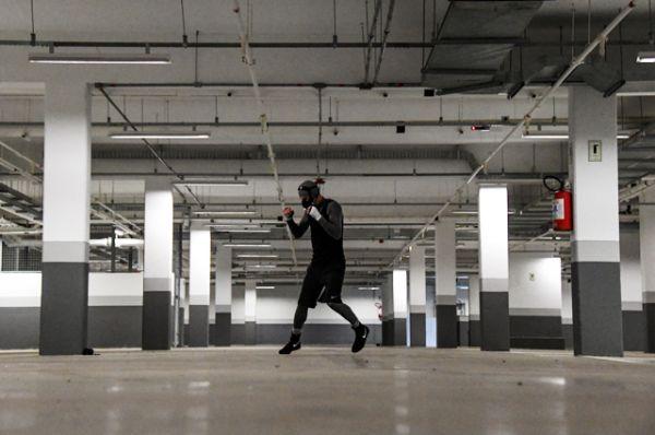 Российский боксер Виталий Дунайцев тренируется на гаражном этаже под корпусом в котором живет сборная России.