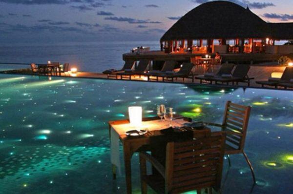 Сказочный вид на океан из бассейна при Huvafen Fushi Resort and Spa на Мальдивах