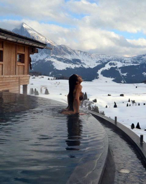 Вот бассейн в Италии при Adler Mountain Lodge с видом на доломитовые Альпы