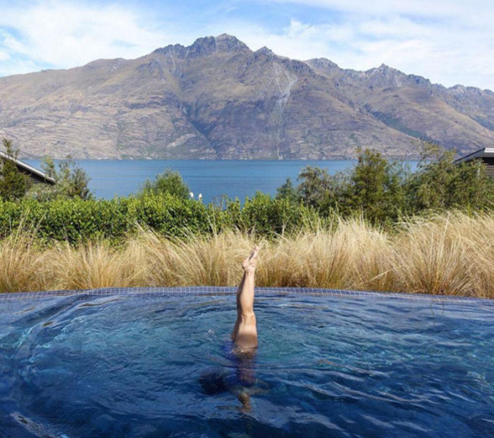 Для любителей уединиться существует бассейн при Matakauri Lodge с видом на озеро и на горы в Новой Зеландии