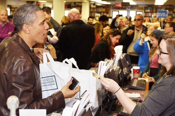 Барак Обама делает покупки в книжном магазине, 2013 год.