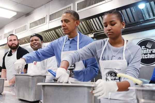 В День Мартина Лютера Кинга президент Обама и его дочь Саша посетил благотворительную кухню, 2014 год.