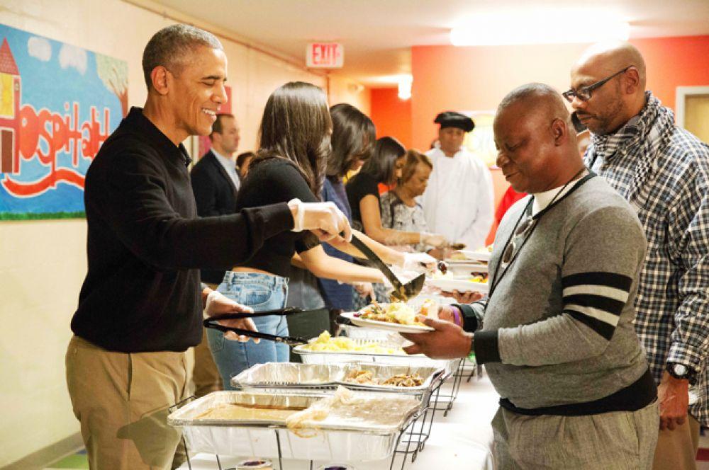 Барака Обамы раздает еду бездомным в подвале методистской церкви Святого Луки, Вашингтон, 2015 год.
