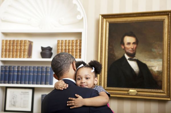 Барак Обама и трехлетняя Ариана Холмс, дочь Анжелы Холмс, специального помощника по международным экономическим вопросам Агентства национальной безопасности.