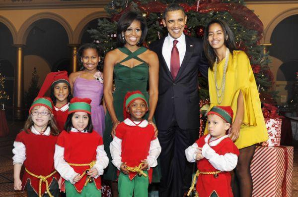 Барак Обама с семьей перед ежегодным рождественским ужином, Вашингтон, 2011 год.
