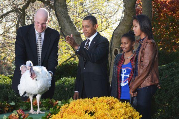 Барак Обама и его дочери Малия и Саша на традиционной церемонии помилования индейки в Белом доме США накануне Дня благодарения, 2010 год.