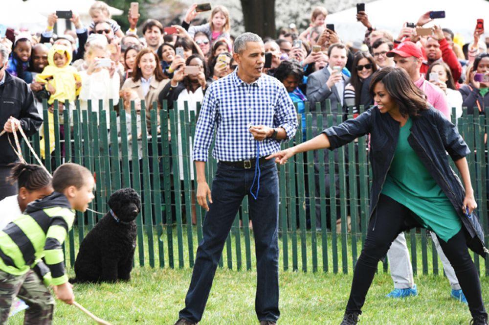 Барака Обама вместе с первой леди катают яйца на лужайке перед Белым Домом, 2016 год.