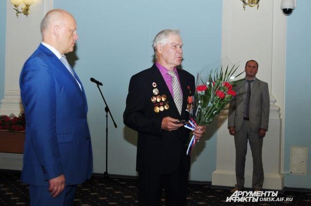 Губернатор вручил медали заслуженным омичам.