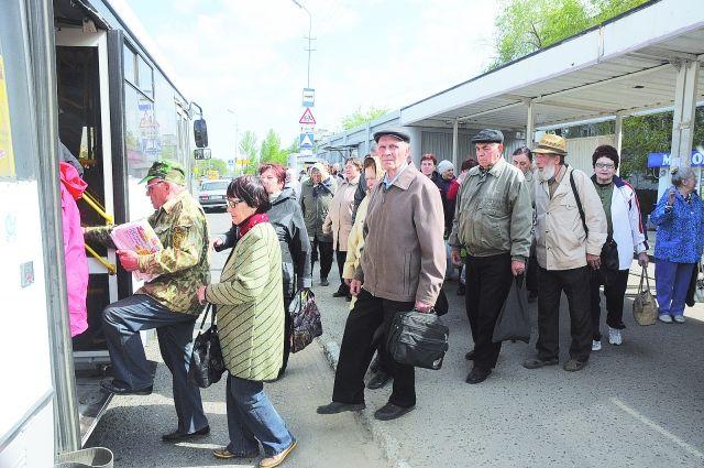 Люди в ожидании автобуса стоят на остановках часами.