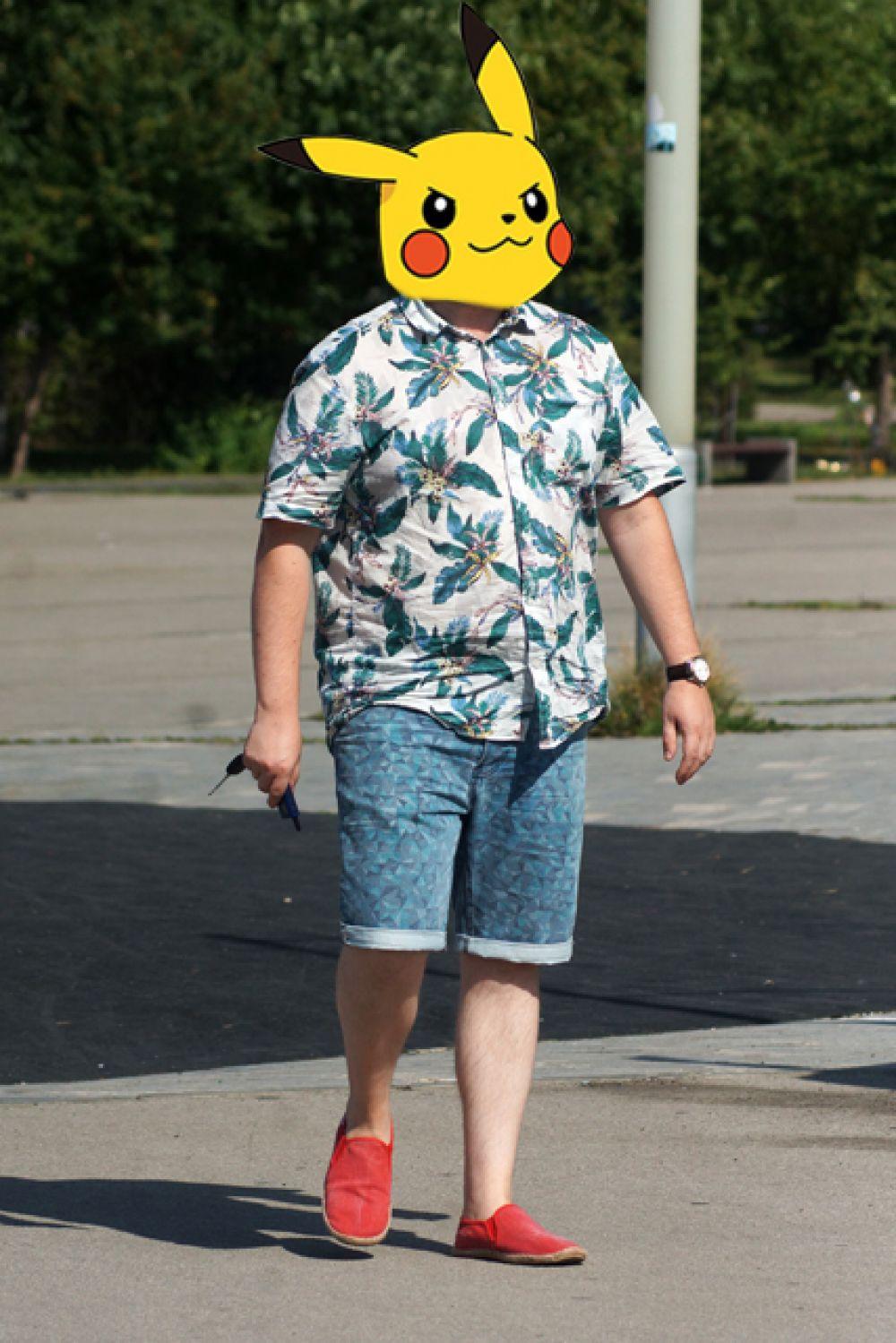 Образ пермяка стилист обозначил как «весёлый путешественник». Яркая рубашка с цветочным принтом, шорты и красные слипоны, словно только что сошёл с самолета, прилетевшего из Майями, размышляет он. «Радует и то, что имея пивной живот, не заправил рубаху в шорты», – в конце сказал Рудаков.