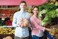 Как правило, в летний период цены снижаются: дешевеют овощи, фрукты, поскольку на рынок поступает новый урожай.