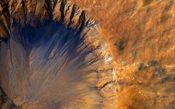 Свежий кратер.