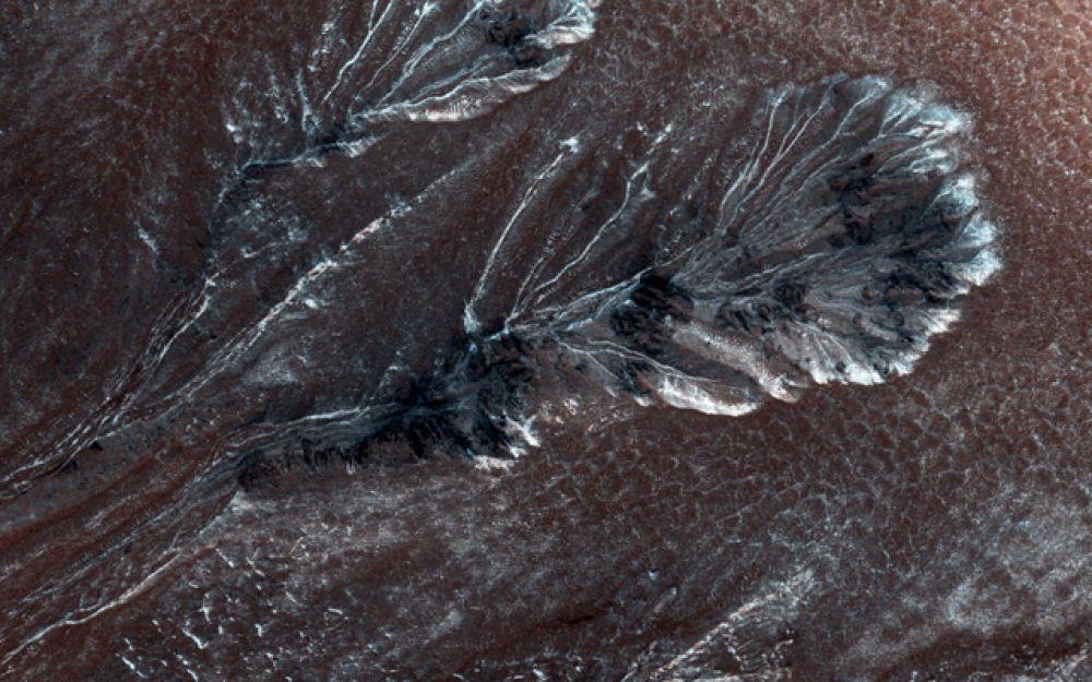 Замерзшие овраги на северных равнинах Марса.
