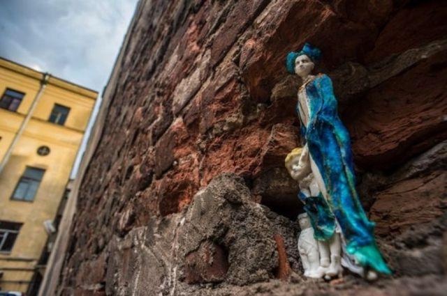 Для рождения новой куклы необходимо вылепить форму из гипса, залить в нее жидкий фарфор, остудить и раскрасить готовое изделие.