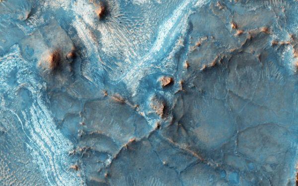 Ямы Нили являются одной из самых красочных областей Марса.