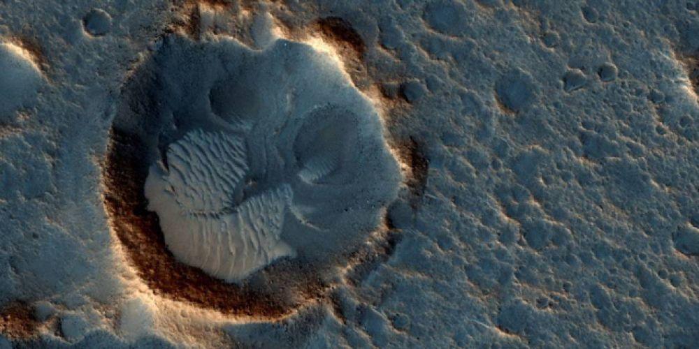 В мае 2015 года НАСА показало фотографию места, куда высадилась экспедиция Ares 3 из фильма «Марсианин». Это участок Ацидалийской равнины, расположенной между вулканическими регионами Тарсис и Аравией севернее Долины Маринера.