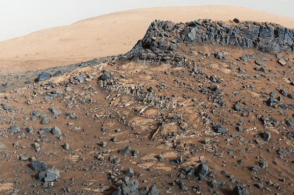 Гора Шарп внутри кратера Гейла является основным назначением миссии марсохода Curiosity.