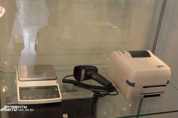 Приборы для штрих-кодирования: сканер и принтер этикеток.