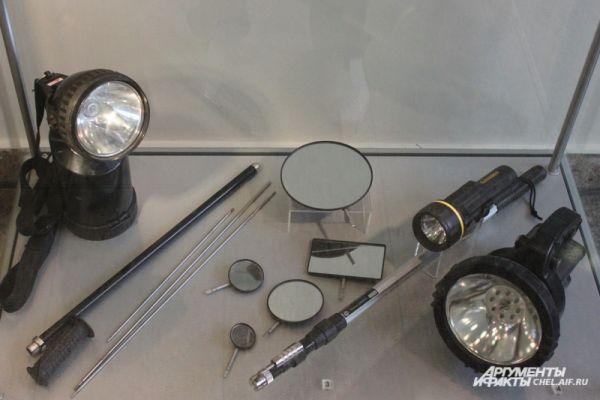 Средства поиска: досмотровый фонарь (слева), досмотровый щуп, комплект досмотровых зеркал, универсальный фонарь.