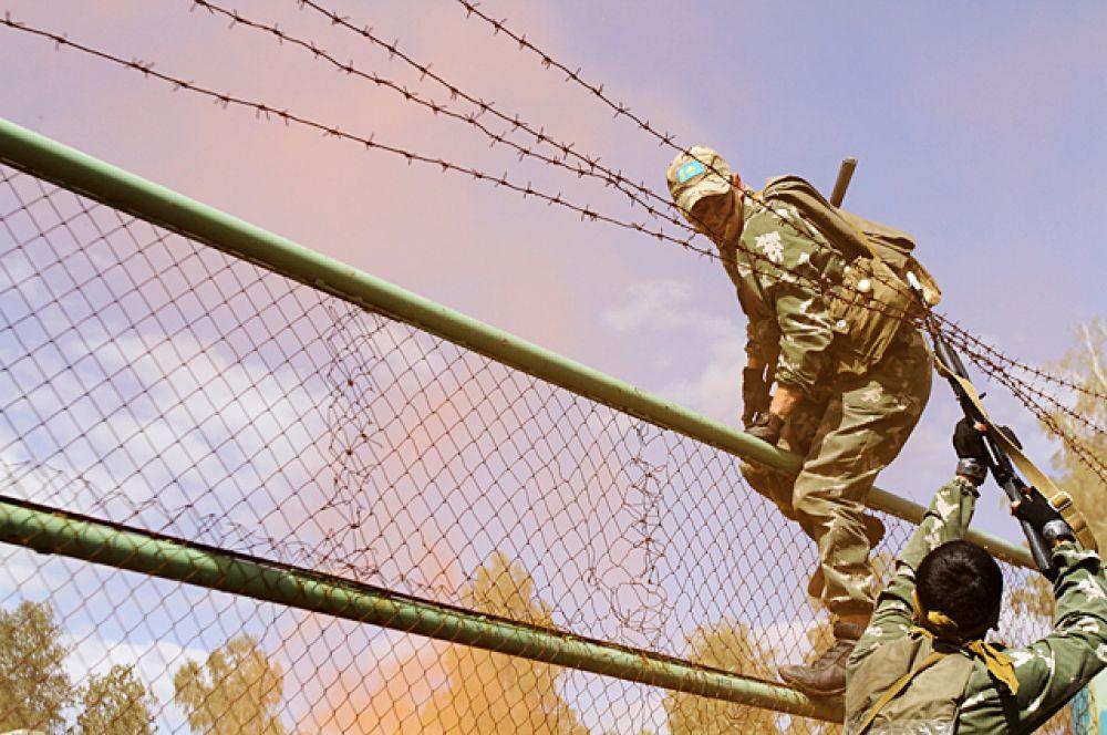 Для того чтобы преодолеть искусственные препятствия, бойцы должны были помнить про взаимовыручку.