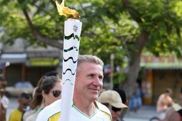 Сергей Бубка с Олимпийским огнем