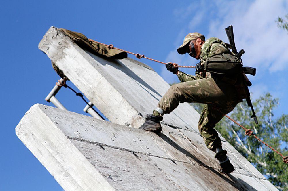 Препятствия нужно преодолеть как можно быстрее. Время идет в командный зачет и судьи строго следят за исполнением элементов.