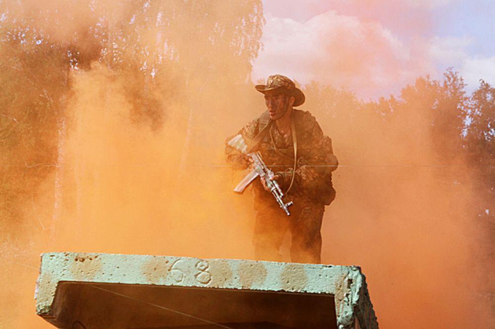 Под грохот выстрелов, сквозь колючую проволоку и дым, русские бойцы рвались к победе.