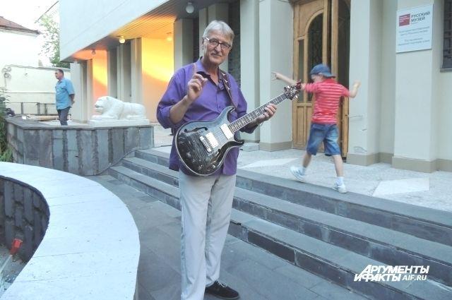 Энвер Измайлов - гитарист-виртуоз.