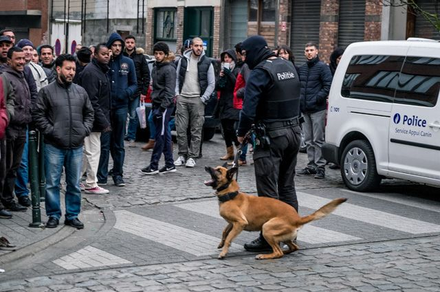 Полиция в брюссельском квартале Моленбек.