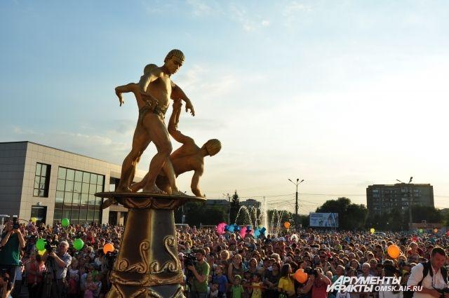 Цирковые артисты устроили на площади представление.