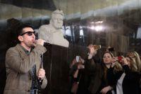 Вокалист группы «Градусы» Руслан Тагиев выступает на презентации пилотного проекта «Музыка в метро» в северном вестибюле станции «Маяковская» Московского метрополитена.