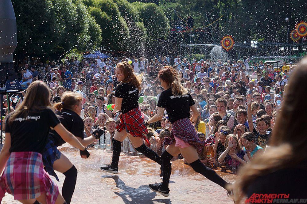 Также народ развлекали танцевальные коллективы.